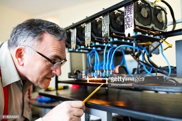 Volwassen ingenieur GPU mijnbouw tuig instellen