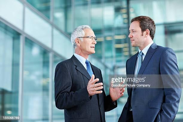 Mature en train de discuter avec un employé exécutive
