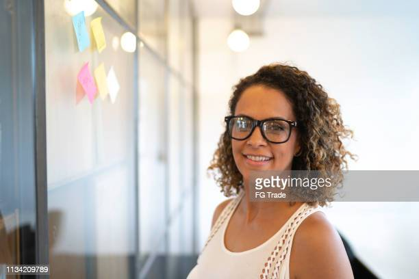 mature female businesswoman portrait - fundador imagens e fotografias de stock