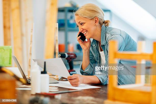 Mature femme charpentier sur le téléphone