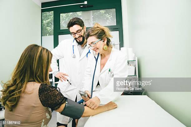 Ältere Frauen Arzt messen den Blutdruck