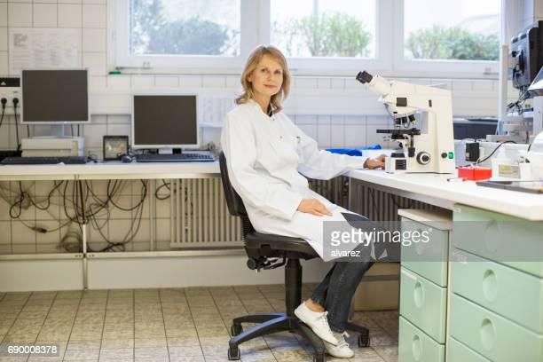 Reife weiblicher Wissenschaftler am Labor sitzen