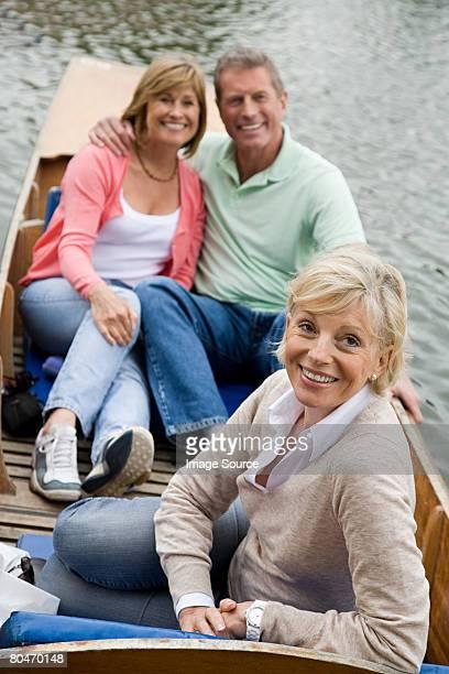 Ältere Freunde auf einer Bootsfahrt