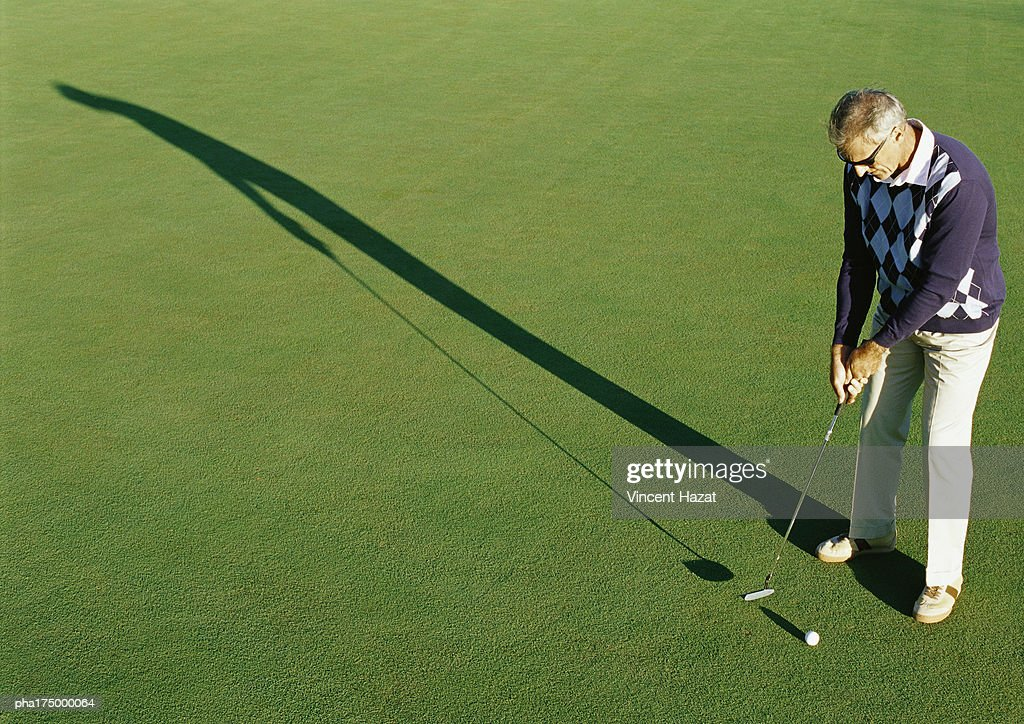 Mature golfer, elevated view : Stockfoto