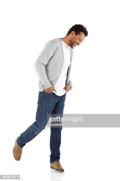 maturo uomo in piedi rilassante in casuals - guardare verso il basso foto e immagini stock