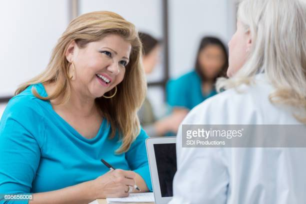 女性医師と成熟したヒスパニック系女の話