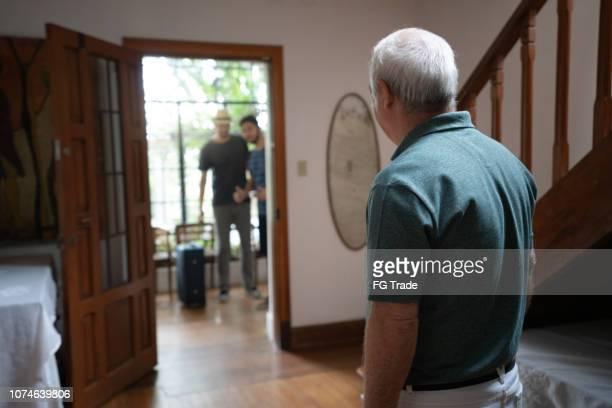 oudere host te wachten voor de gast op huis te huur-bed & breakfast accommodatie - gast stockfoto's en -beelden