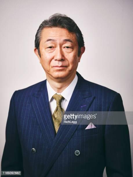 uomo d'affari giapponese maturo - pochette bavero foto e immagini stock