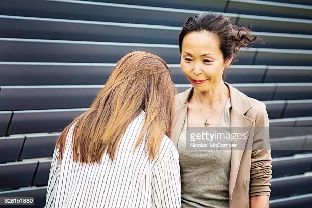成熟した日本の女性上司は、謝罪のアシスタントに耳を傾けます - 和解 ストックフォトと画像