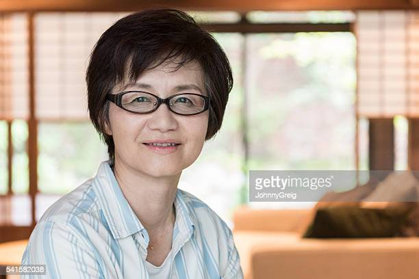 Femme japonaise Mature regardant l'appareil photo avec des clients contents expression