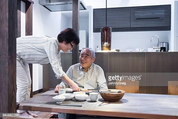 マチュア日本人女性夕食をお出しする老人男性