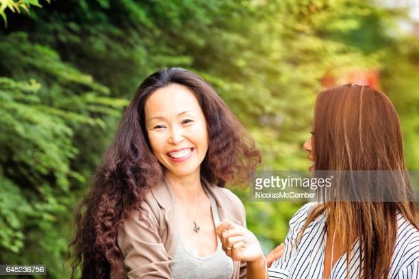 彼女は年下の友人と再会し、日本女性の笑顔を成熟します。