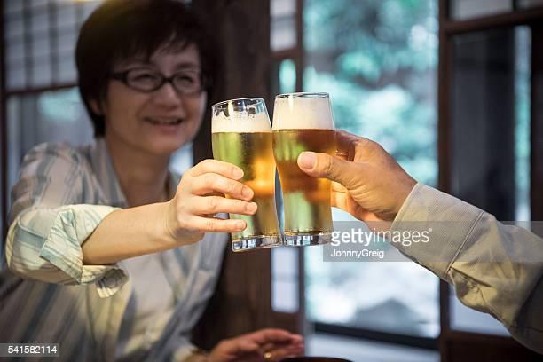 マチュア日本人女性ビールで乾杯する男性