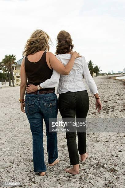 Ältere lesbische Paar auf den Strand