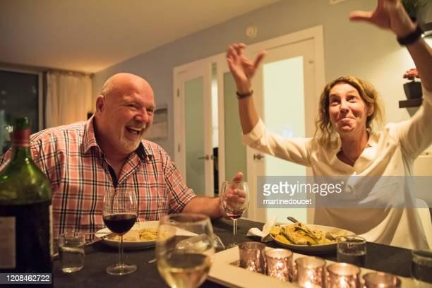 """amigos lgbtq maduros se divertindo no jantar. - """"martine doucet"""" or martinedoucet - fotografias e filmes do acervo"""