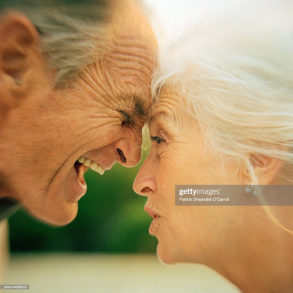 Mature man and woman having argument, side view, close-up : Stockfoto