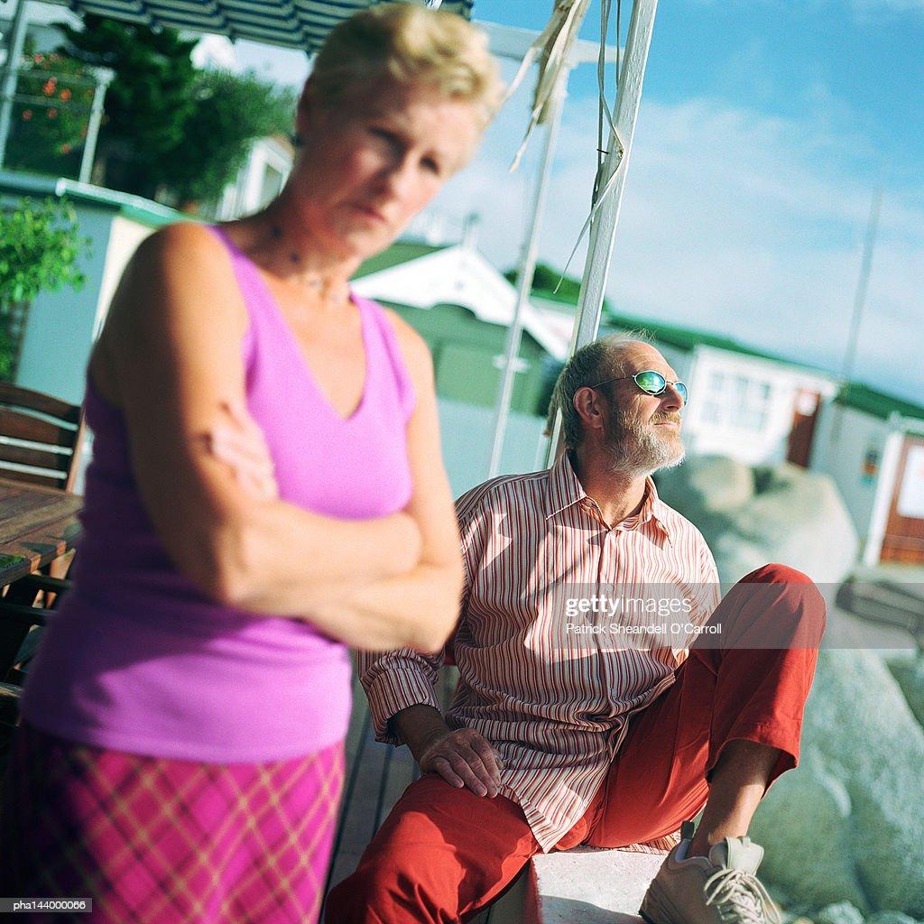 Mature man and woman outside, man wearing sunglasses : Stockfoto