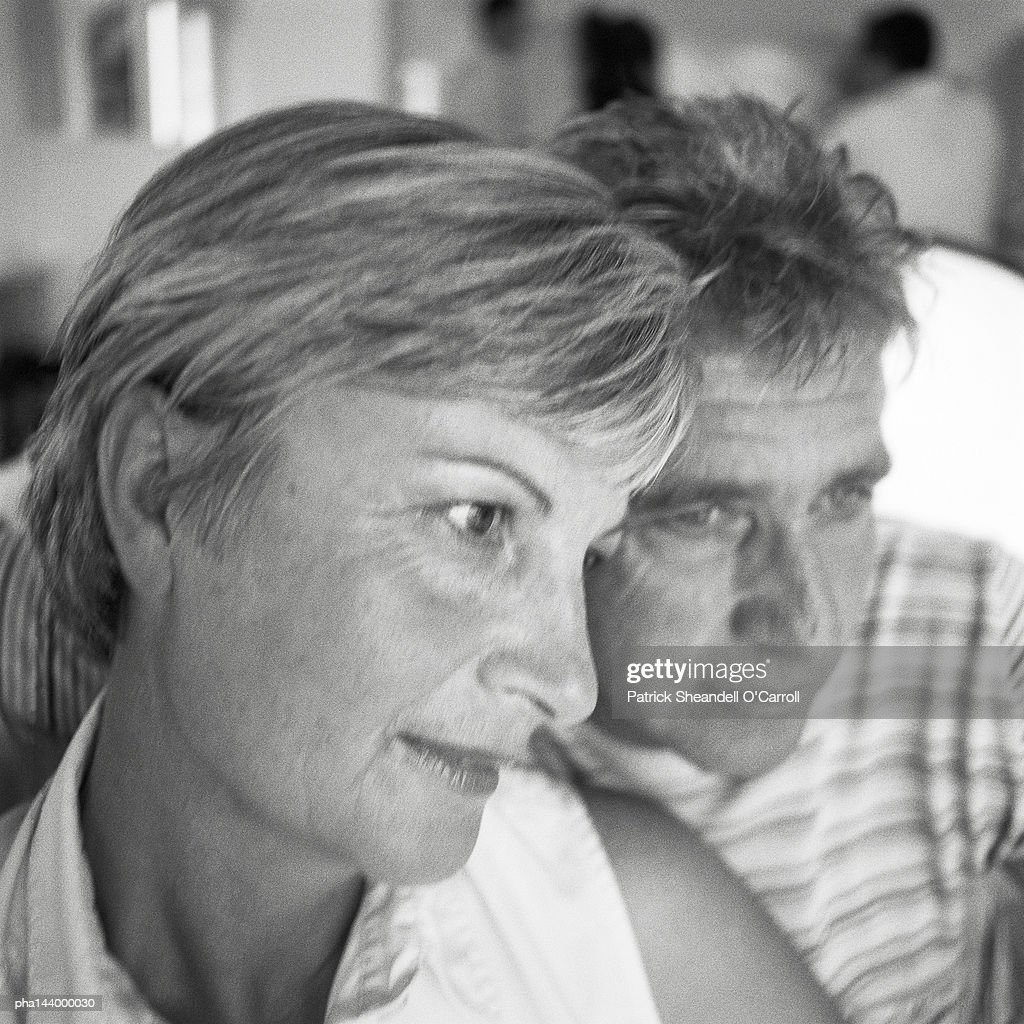 Mature man and woman side by side, b&w : Stockfoto