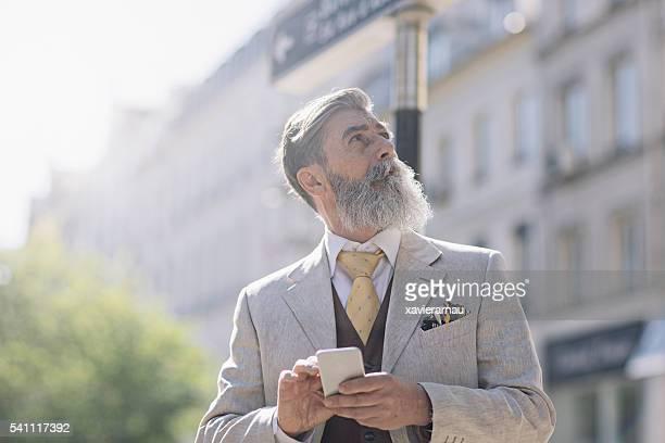 Reifer Mann, die Anfahrt mit dem Mobiltelefon in Paris