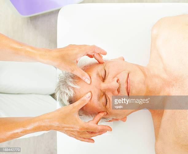 成熟した男性のヘッドマッサージをお楽しみいただけます。
