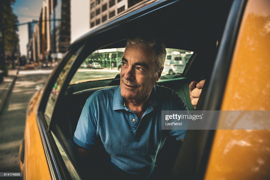 Homem Maduro pegue um táxi : Foto de stock