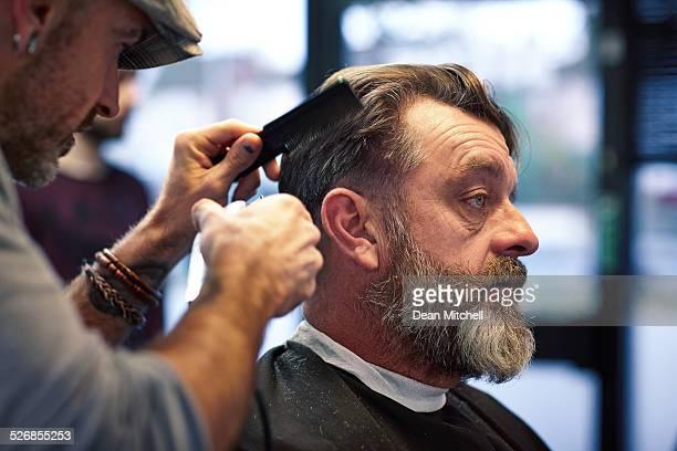 Hombre maduro recibir su corte de cabello
