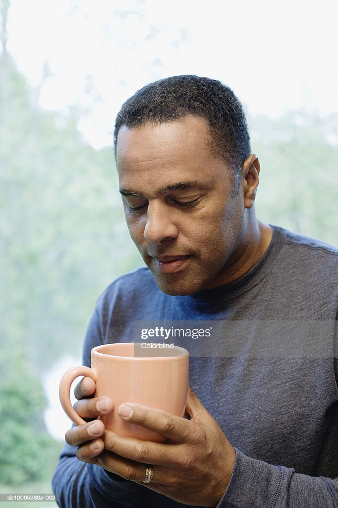 Mature man holding mug : Foto stock