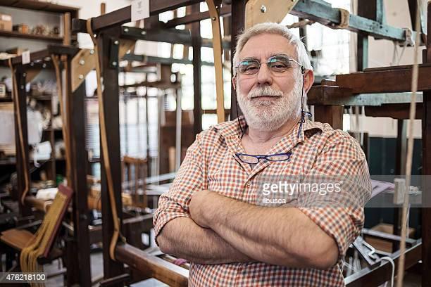 Reifer Mann in seinem meisterhafte Handwerkskunst traditionellen Textilfabrik