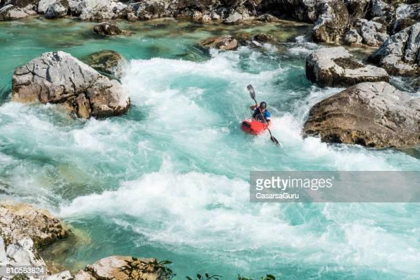volwassen man kajakken in white water van de rivier soca - stroomversnelling stockfoto's en -beelden