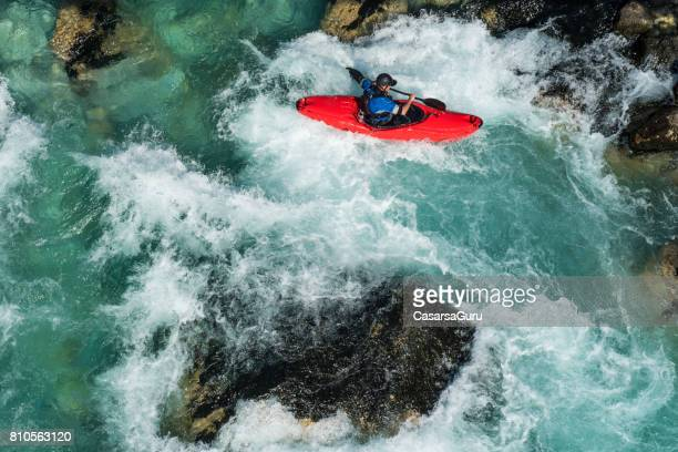 volwassen man kajakken op de rivier soca rapids - high angle view - stroomversnelling stockfoto's en -beelden