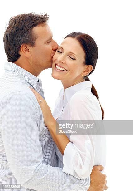 älterer mann küsst seine frau - 40 44 jahre stock-fotos und bilder