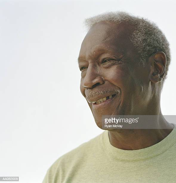 mature man laughing, portrait, high section, close-up - alleen seniore mannen stockfoto's en -beelden