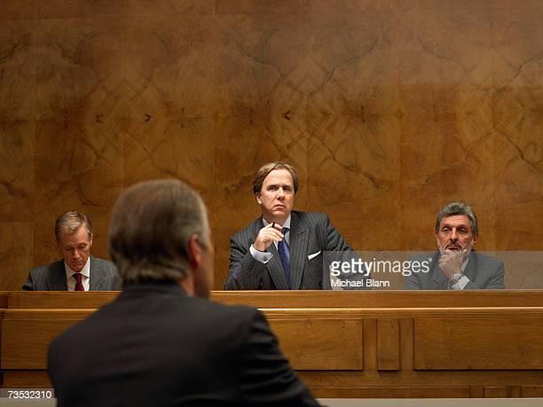 uomo maturo ascoltando altoparlante al podio, vista posteriore - politica foto e immagini stock
