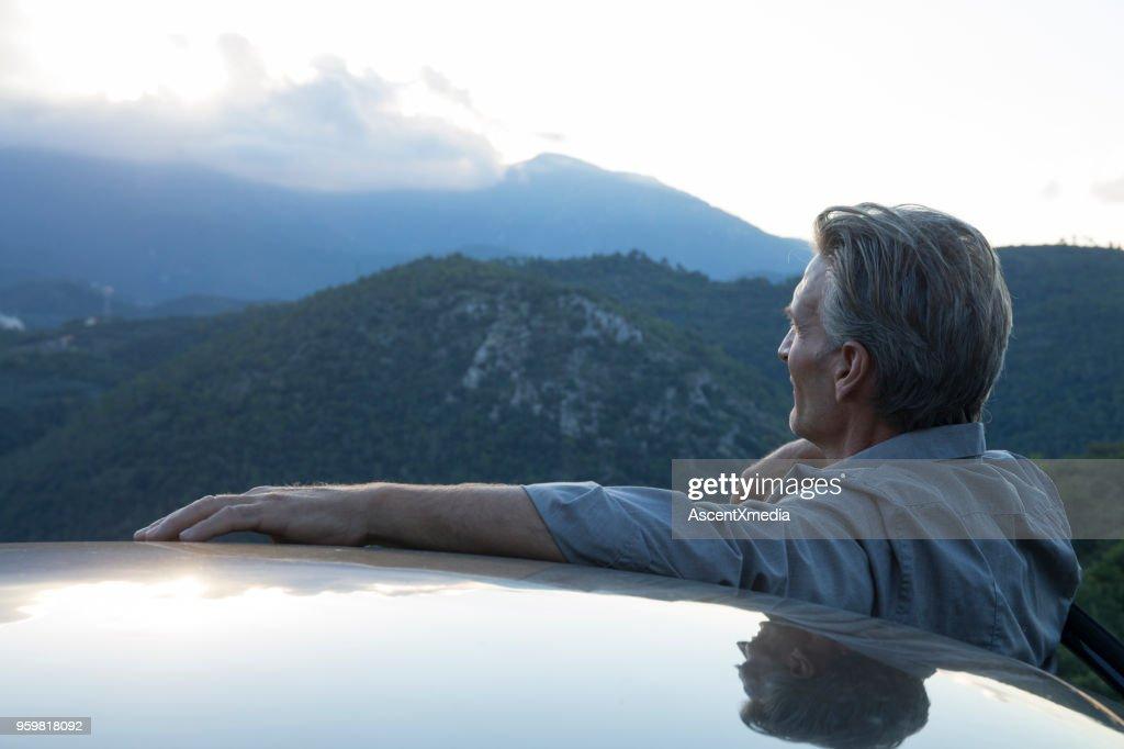 POV des Reifen Mannes Blick auf Hügeln von Autotür : Stock-Foto