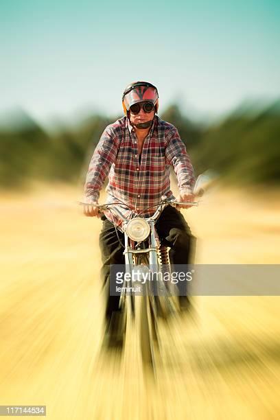 Mature homme sur une moto vintage