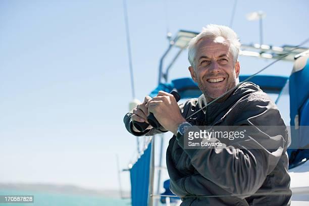 Homme d'âge mûr sur voilier