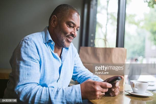 Mature homme sur smartphone