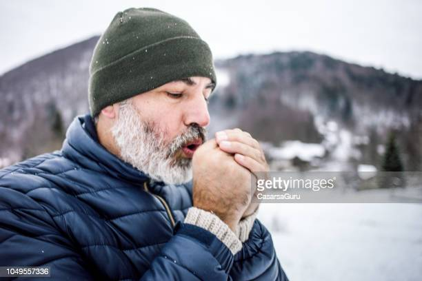 uomo maturo all'aperto nella natura in una fredda giornata invernale - freddo foto e immagini stock