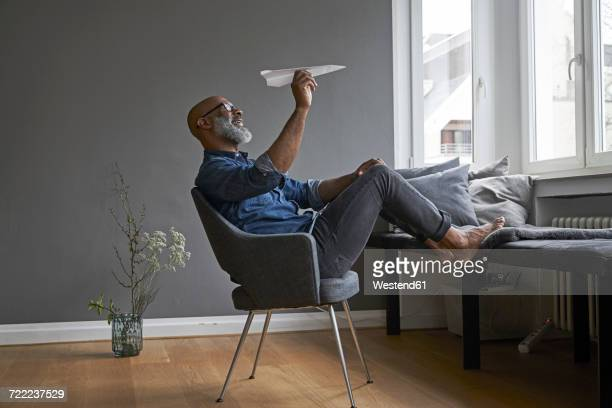 mature man plying with paper plane - gaivota - fotografias e filmes do acervo