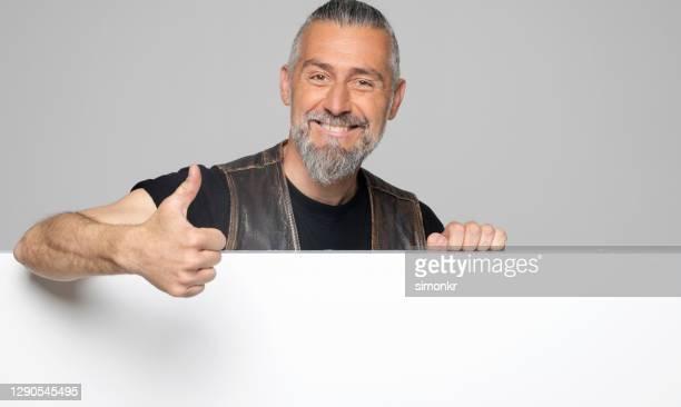 rijpe mens die duimen omhoog toont - vest stockfoto's en -beelden