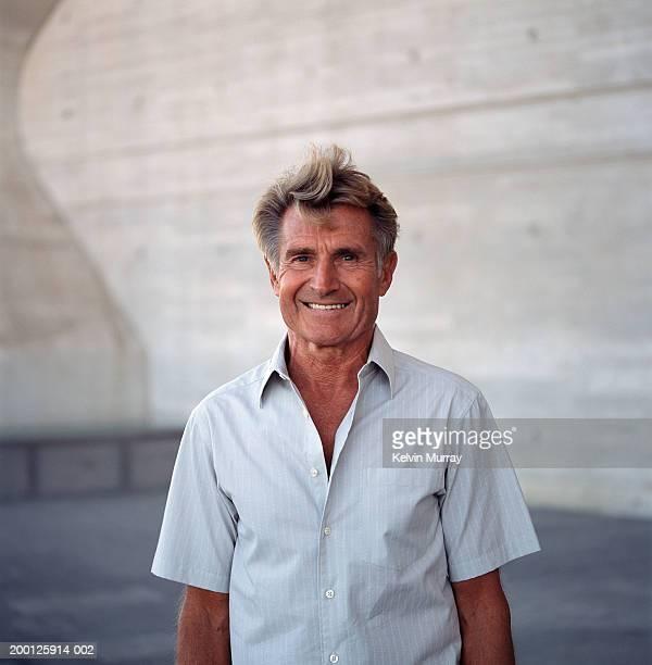 mature man smiling outdoors, portrait - en manches courtes photos et images de collection