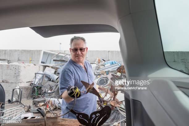 äldre man lossning metall från bil för återvinning på depot - sloppy joe, jr bildbanksfoton och bilder