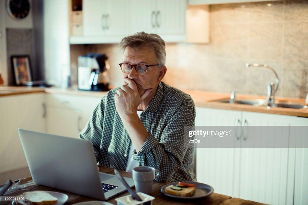 Volwassen man met een Laptop : Stockfoto
