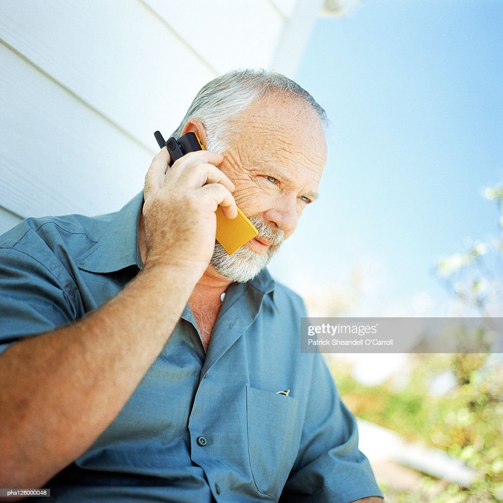 Mature man using cell phone, outside : Stockfoto