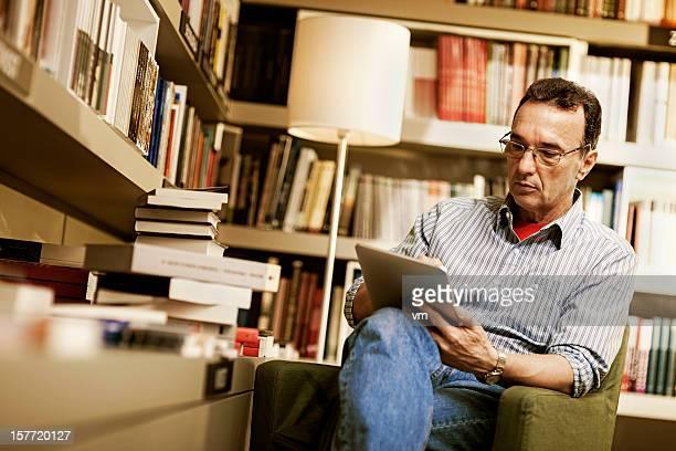 Reifer Mann mit tablet PC