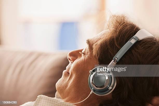Hombre maduro con auriculares en