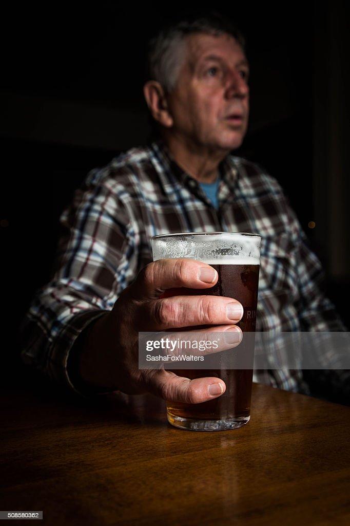 Homme mûr dans un grand verre de bière blonde-Royaume-Uni : Photo