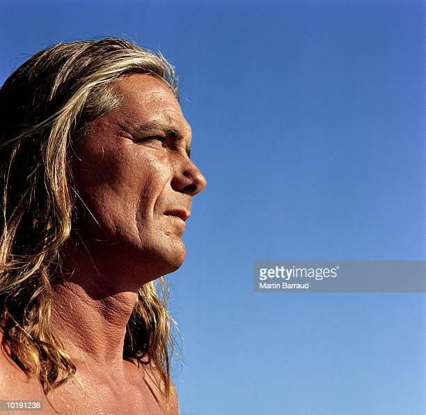 mature man with long hair, outdoors, profile - naakte man en profiel stockfoto's en -beelden