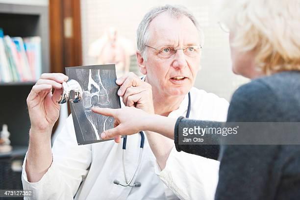 Ältere Medizin präsentieren x-ray und Knie arthroplasty um weibliche Patienten