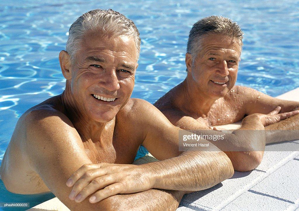 Mature men in pool : Stockfoto